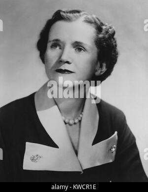 """Marine-Biologin Rachel Carson, nachdem sie ihr veröffentlichte erstes Buch """"The Sea Around Us"""" im Stockbild"""