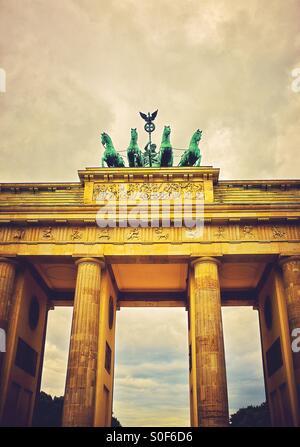 Die Quadriga am oberen Rand das Brandenburger Tor in Berlin Deutschland Europa Stockbild