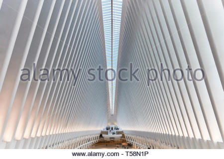 Blick über die Station. Die Oculus, World Trade Center Verkehrsknotenpunkt, New York City, USA. Architekt: Santiago Calatrava, 2016. Stockbild