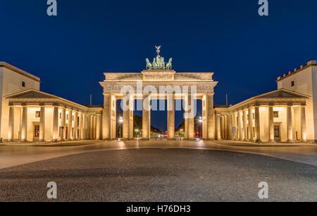 Berlins berühmtestes Wahrzeichen, dem Brandenburger Tor bei Nacht Stockbild