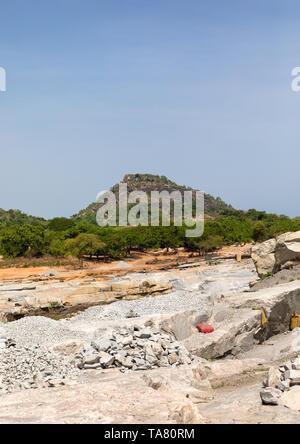 Afrikanische Menschen in einem granitsteinbruch, Savanes Bezirk, Shienlow, Elfenbeinküste Stockbild