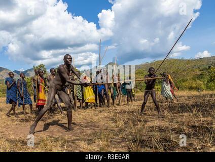 Suri Stamm Krieger kämpfen während eines donga stick Ritual, Omo Valley, Kibish, Äthiopien Stockbild