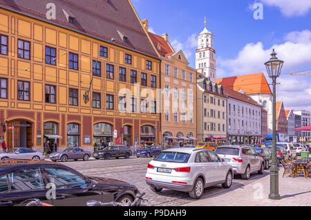 Augsburg, Bayern, Deutschland - Typische Straße Szene vor dem historischen Gebäude Ensemble von Fürst Fugger Privatbank auf Maxmilian Straße. Augsburg, Stockbild