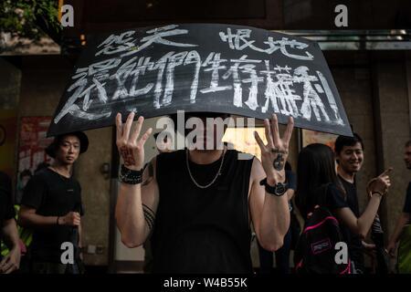 Ein Mann hält ein Schild mit der Nachricht gegen China in Causeway Bay während der Demonstration. Hongkong Demonstranten versammelten für ein weiteres Wochenende der Proteste gegen die umstrittene Auslieferung Rechnung und mit einer wachsenden Liste von Beschwerden, die der Aufrechterhaltung des Drucks auf Chief Executive Carrie Lam. Stockbild
