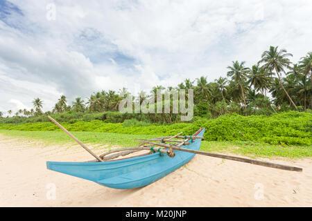 Balapitiya, Sri Lanka, Asien - eine Angeln Kanu am Strand von Balapitiya Stockbild