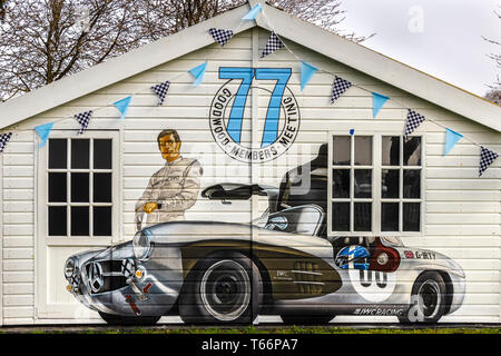 Malte Eindruck von Fahrer David Coulthard mit dem Mercedes-Benz 300 SL Gullwing unterhalb der 77 Mitgliederversammlung Logo. Goodwood, Sussex, UK. Stockbild