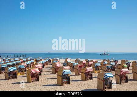 Ein panoramafoto von bunten Liegen am Strand bei schönem Wetter Stockbild