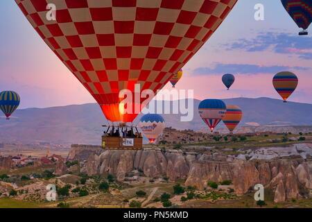 Ballons Flug auf den Sonnenaufgang in der Dämmerung Himmel, Kappadokien, Türkei Stockbild