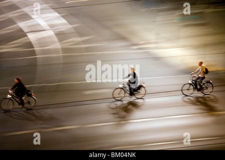 Panning Shot von Radfahrern bei Nacht, Berlin, Deutschland Stockbild
