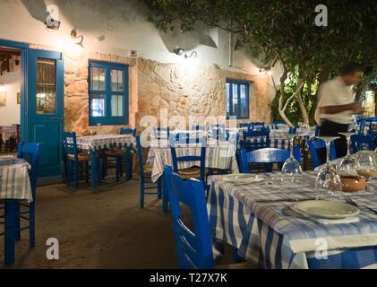 Traditionelle zypriotische Restaurant farbig in Blau und Weiß mit karierten Tischdecken im Ferienort Ayia Napa Stockbild