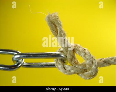 Kette und Seil als Symbol für die Verknüpfung der verschiedenen Systeme e g PC Mac Linux und das Internet Stockbild