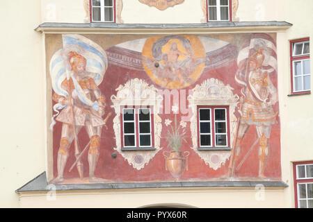 Mittelalterliche Fresken von Wächtern mit den Bayerischen und Wasserburg Banner und Jupiter auf einen Adler, Brucktor, Altstadt, Wasserburg am Inn, Oberbayern, B Stockbild
