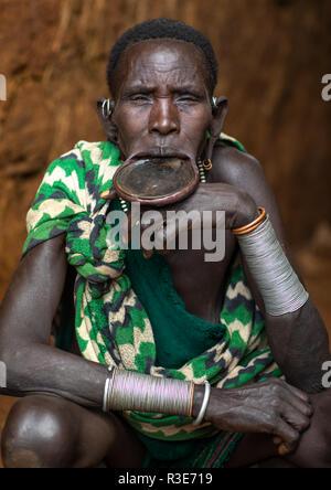 Porträt einer Suri Stamm Frau bekleidet Lippe Platte, Omo Valley, Kibish, Äthiopien Stockbild