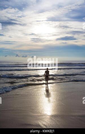 Asien - Sri Lanka - induruwa - fühlen sich am einsamen Strand bei Sonnenuntergang Stockbild