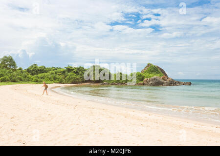 Balapitiya, Sri Lanka, Asien - eine Frau, die in einer Bucht am Strand von Balapitiya Stockbild