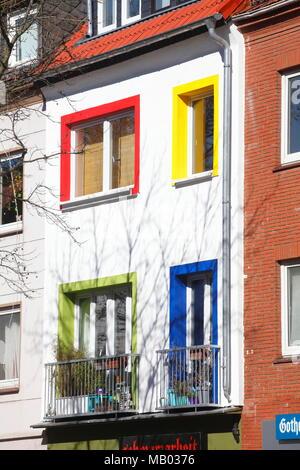 Hausfassade, Wohnhaus mit bunten Fenstern, Bremen, Deutschland, Europa ich Hausfassade, Wohngebäude mit bunter Fensterfront, Bremen, Deutschl Stockbild