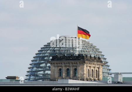 Deutsche Flagge und Reichstag deutsche Parlamentsgebäude in Berlin Juni 2008 Stockbild