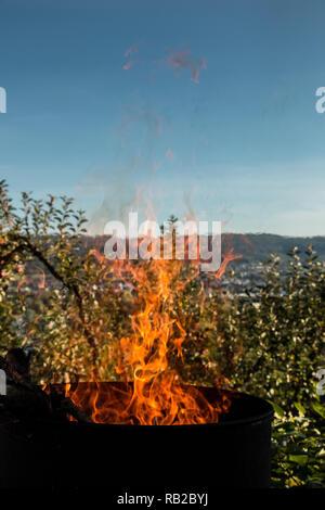 Verbrennung Zylinder in der Mitte des Gartens Stockbild