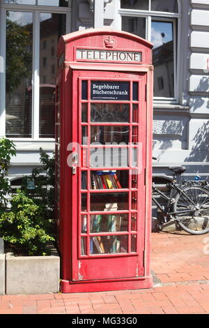 Zu Fuß - im Bücherschrank in einem alten roten Telefonzelle in der Bödeckerstraße, Hannover, Niedersachsen, Deutschland, Europa ich Begehbarer Bücherschrank in einer alt Stockbild