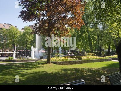 Studenterlunden Park an der Karl Johan Straße im Zentrum von Oslo, Norwegen, Bänken, Brunnen und grünen Platz für einen entspannten Urlaub Stockbild