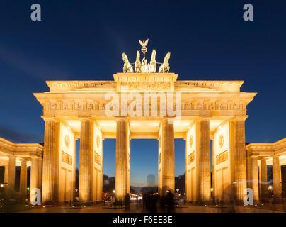 Berlin, beleuchteten Brandenburger Tor in der Abenddämmerung, Langzeitbelichtung mit verwaisten Silhouetten Stockbild
