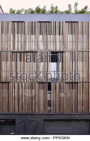 """Tenworking"" - modernes Bürogebäude, Schnittholz, Fassadenverkleidung, Jalousien. Santa Cruz de Tenerife Kanarische Inseln Spanien. Stockbild"