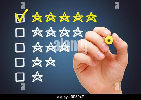 Zufriedene Kunden setzen gelben Häkchen mit Marker auf fünf Sterne in der Bewertung. Stockbild