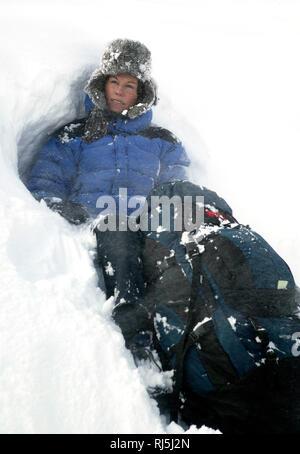 Frau in einem Schneesturm Stockbild