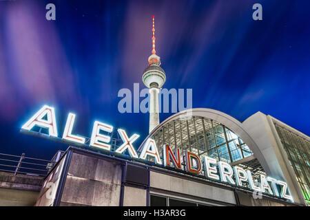 Alexanderplatz Neon im klassischen Weitwinkel mit berühmten Fernsehturm zu unterzeichnen und Bahnhof bei Nacht Stockbild