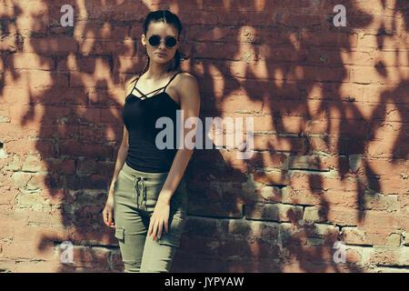 Schöne sinnliche junge Frau unter dem Baum Schatten im Sommer Sonnenlicht Stockbild