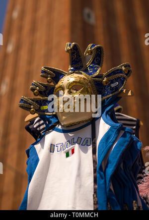 Maskerade abd ein Fußballtrikot, Region Veneto, Venedig, Italien Stockbild
