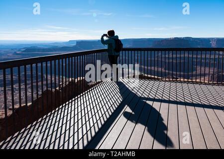 Frau unter Foto bei Dead Horse Point State Park, UT, USA Stockbild