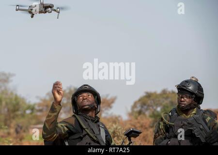 Kamerun Soldaten starten eine kleine Drohnen in Combat Training bei Ausübung Flintlock 2019 Februar 27, 2019 in Bobo-Dioulasso, Burkina Faso. Flintlock ist eine multi-nationale Übung bestehend aus 32 afrikanischen und westlichen Nationen an mehreren Standorten in Burkina Faso und Mauretanien. Stockbild