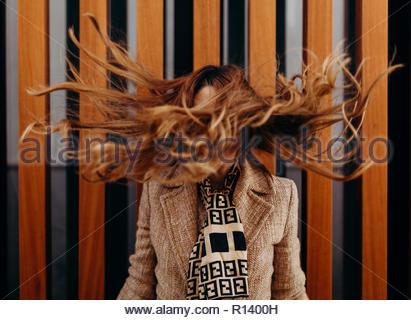 Porträt einer Frau, die ihre langen Haare werfen Stockbild