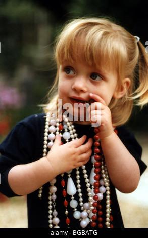 Foto von jungen Mädchen verkleidet Perlen Schmuck nervöse Kinder Stockbild
