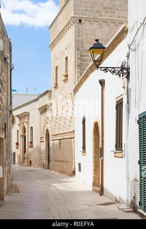 Presicce, Apulien, Italien - Wandern durch einen alten Gasse in Presicce Stockbild