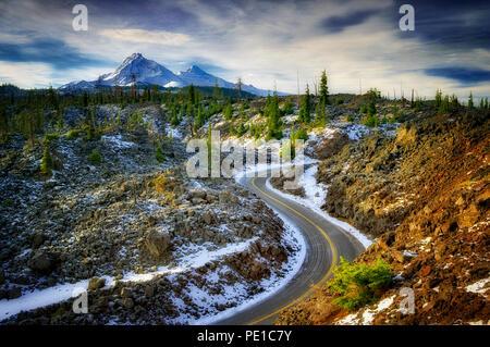 Alte McKenzie Highway 242 mit erster Schnee der Saison. Central Oregon Stockbild