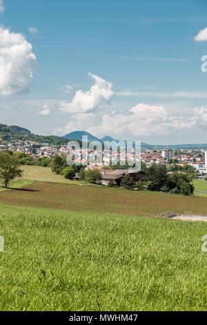 Kleines Dorf in der Mitte der deutschen Landschaft mit Wäldern, Feldern und Wiesen Stockbild