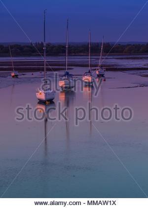 Langstone Boote von der Brücke Stockbild
