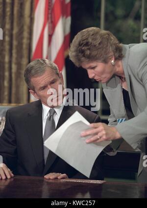 Präsident George W. Bush Bewertungen nimmt mit Karen Hughes vor dem Sprechen aus dem Oval Office. Er sprach Stockbild