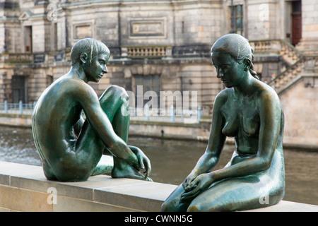 """Berlin, Deutschland. Bronze-Skulptur """"Drei Mädchen und ein Junge"""" (Wilfred Fitzenreiter; 1988) an Stockbild"""