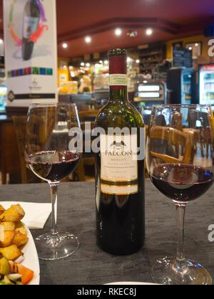 Ein leckeres Abendessen von der lokalen Rotwein Falcon in einem Restaurant in Malta begleitet Stockbild