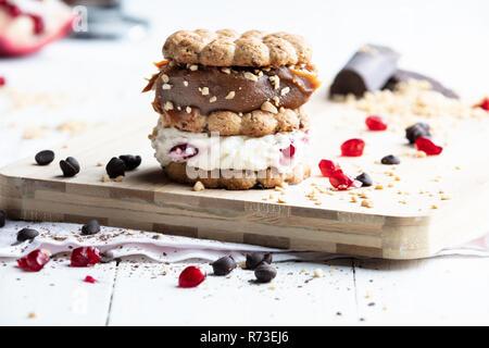 Cookie mit Sahne und Karamell auf Schneidebrett gestapelt, still life Stockbild
