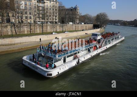 Touristenboot auf dem Fluss Seine, Paris, Frankreich, Europa Stockbild