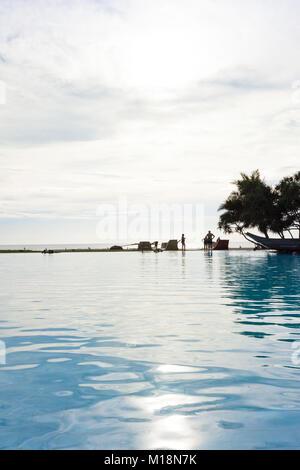 Ahungalla, Sri Lanka - Dezember 2015 - ein Blick in einem Hotel, in dem der Pool bei Sonnenuntergang während Stockbild