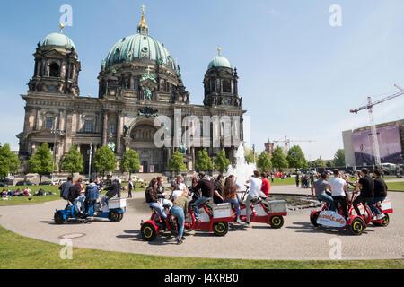 Berliner Dom und Lustgarten mit Touristen auf Team-Bikes, Berlin, Deutschland Stockbild