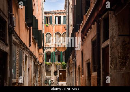 Gebäude entlang einer Straße, Venedig, Veneto, Italien Stockbild