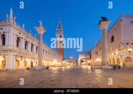 Markusplatz und Turm vor Sonnenaufgang, Venedig, Venetien, Italien Stockbild