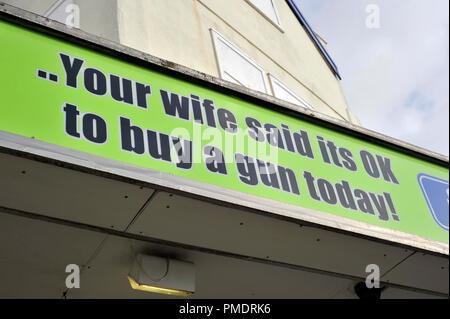 Ihre Frau sagte, das ist ok, eine Pistole zu kaufen Stockbild