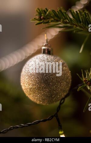 Geschmückten Weihnachtsbaum mit Weihnachtsbaum Kugel und Kerzenschein Stockbild